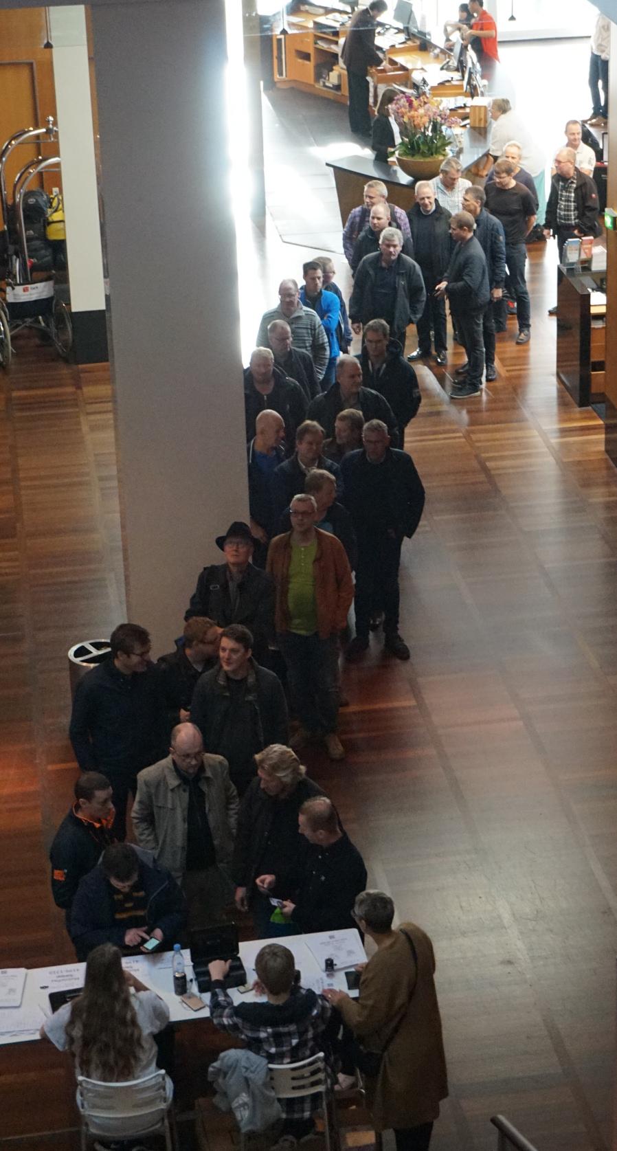 Der var lang kø fra åbningen søndag formiddag. Foto: John Alex Hvidlykke, Lyd & Billede