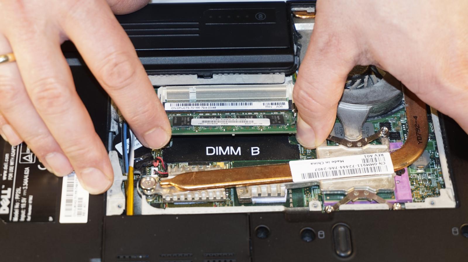 2. I dette tilfælde var der monteret et enkelt 512 MB-modul. Ikke underligt, at det gik langsomt! Selv om der eventuelt er ledig plads, betaler det sig sjældent at beholde den gamle RAM. Foto: John Alex Hvidlykke, Lyd & Billede