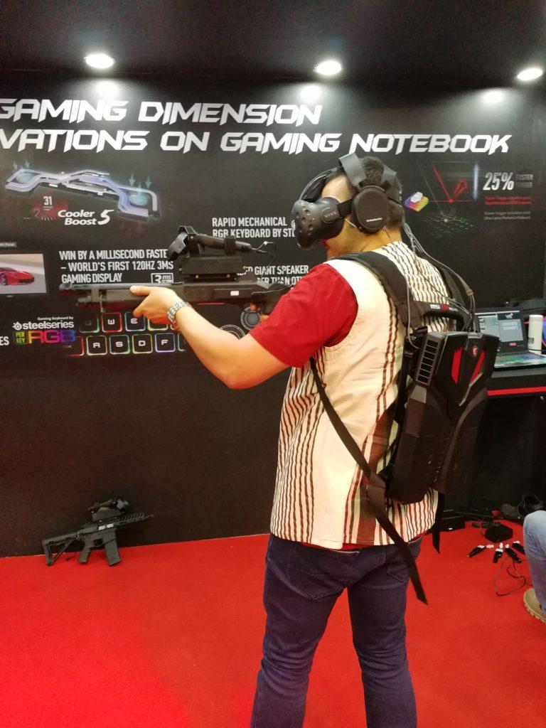 """När man spelar VR-spel brukar man vara bunden till datorn med en """"navelsträng"""" med kablar. MSi VR One är däremot en dator i ryggsäcksformat. Perfekt när man ska jaga zombier i den virtuella verkligheten! Foto: John Alex Hvidlykke, L&B"""