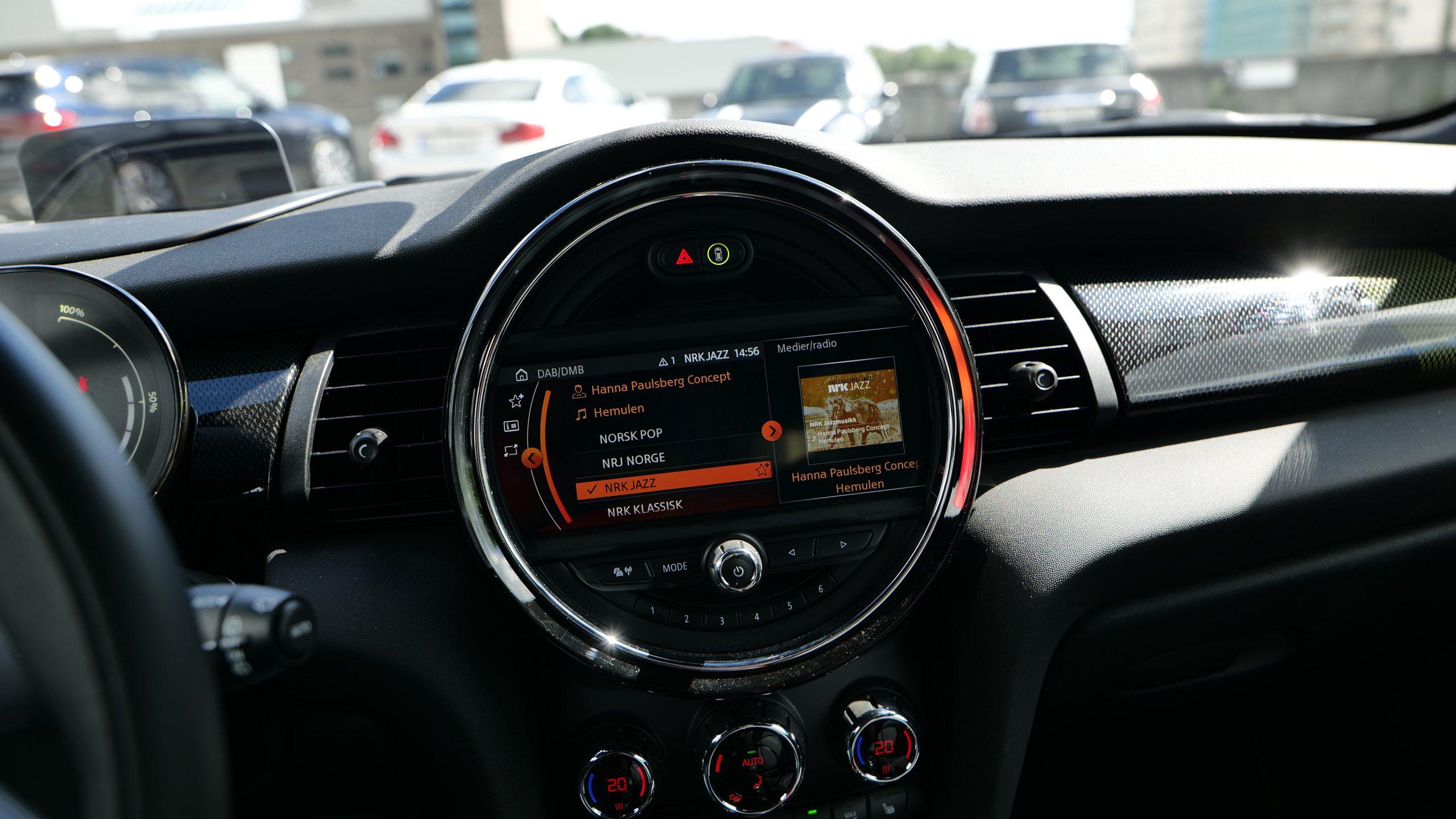 Mini Cooper SE screen