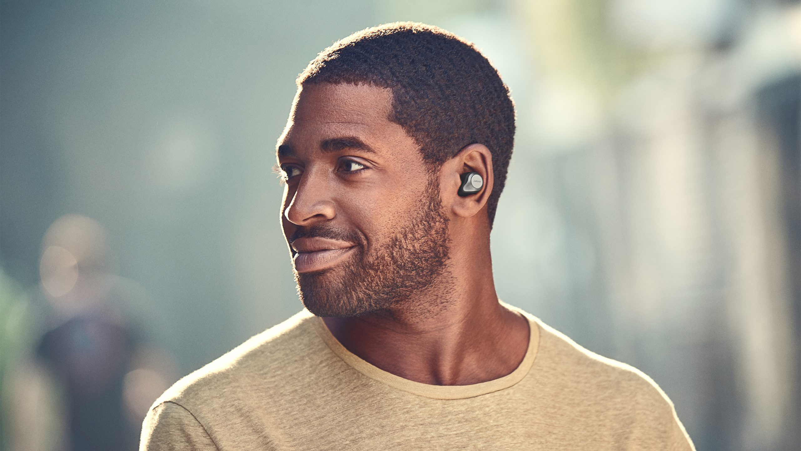 Jabra-Elite-85t-Lifestyle-male-scaled-1