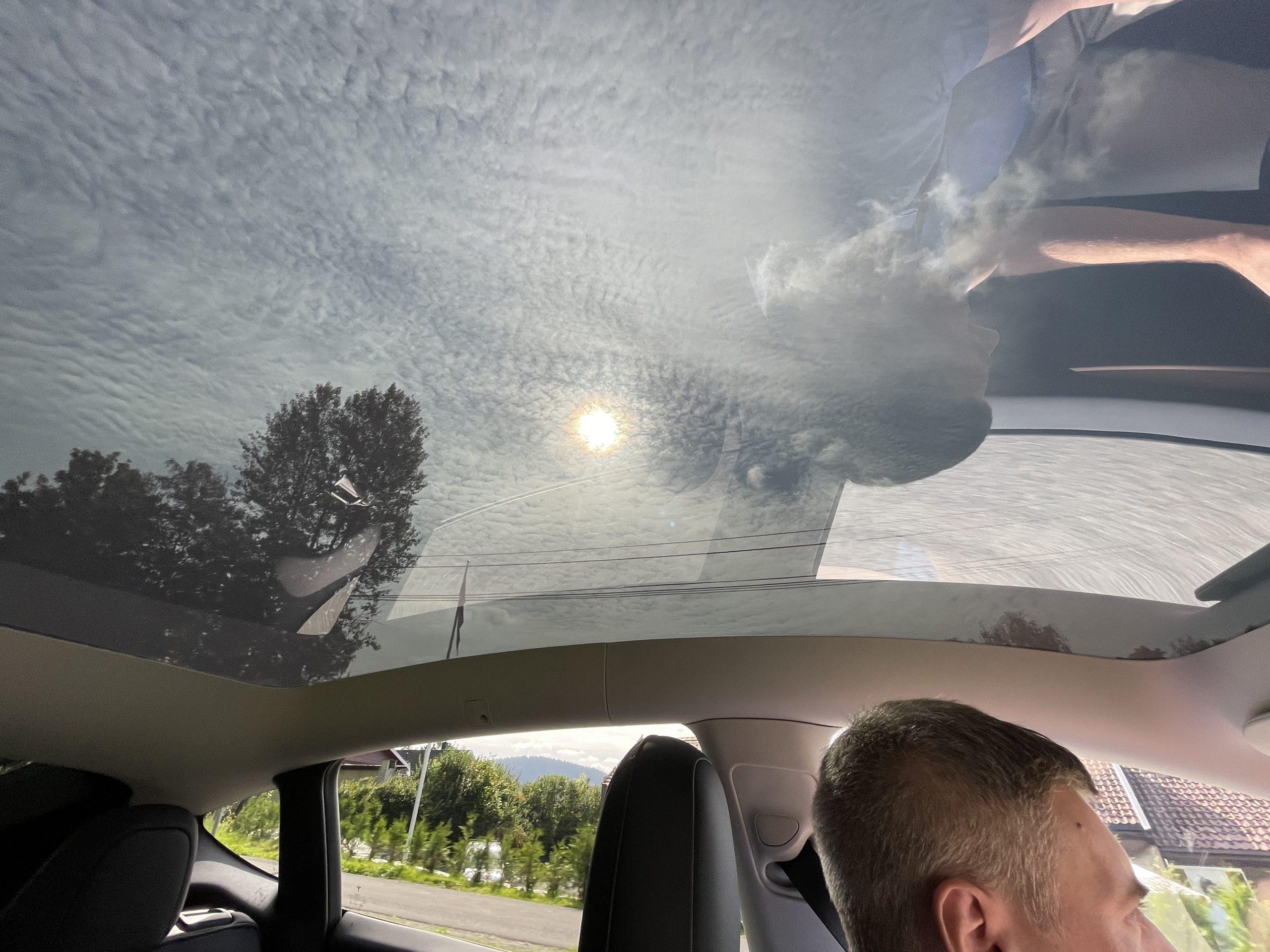 Tesla Model Y panorama roof